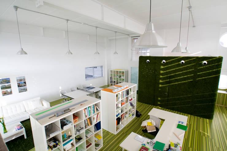 estudio arquitectura moncho: Estudios y despachos de estilo  de Estatiba construcción