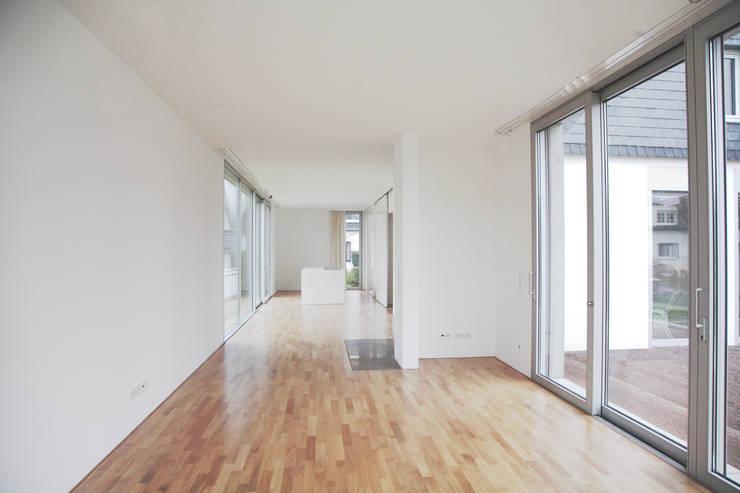 Einfamilienhaus in Duisburg:  Wohnzimmer von Oliver Keuper Architekt BDA