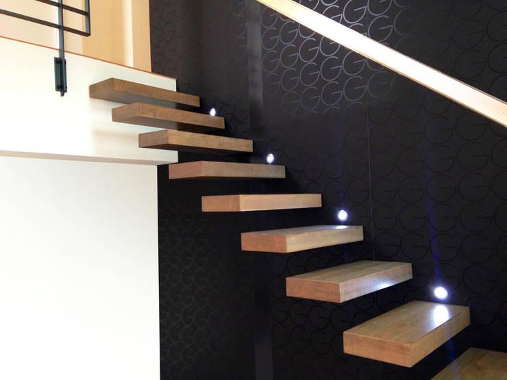 Escalier design suspendu en bois: Couloir, entrée, escaliers de style  par La Stylique