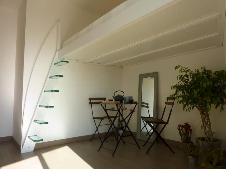 Vestíbulos, pasillos y escaleras de estilo  de La Stylique