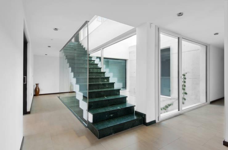 Ingresso & Corridoio in stile  di TOV.ARQ Estudio de Arquitectura y Urbanismo