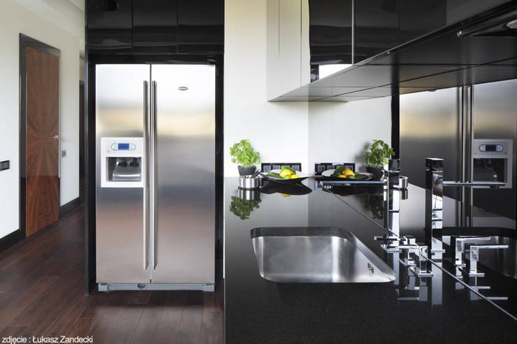 Apartament inspirowany Art Deco: styl , w kategorii Kuchnia zaprojektowany przez Pracownia Projektowa Pe2,Nowoczesny