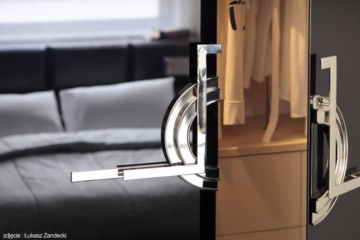 Apartament na Mokotowie inspirowany Art Deco: styl , w kategorii Garderoba zaprojektowany przez Pracownia Projektowa Pe2