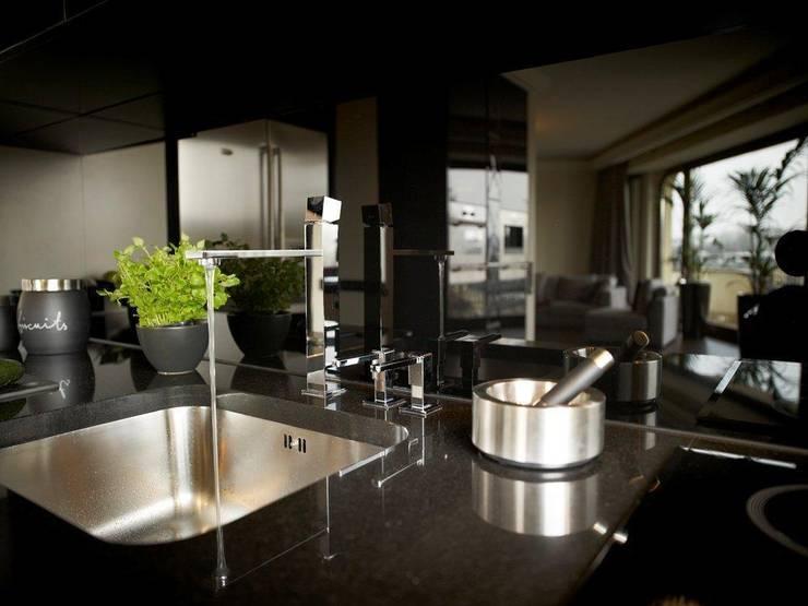 Apartament na Mokotowie inspirowany Art Deco: styl , w kategorii Kuchnia zaprojektowany przez Pracownia Projektowa Pe2