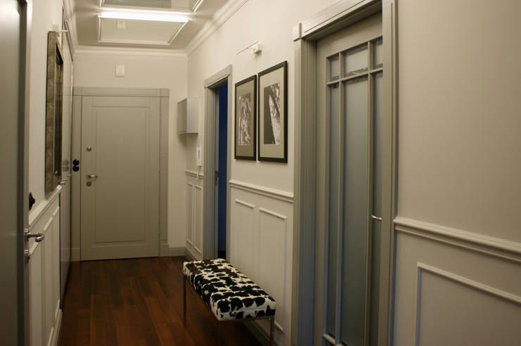 """eklektycznie i """"parysko"""" na Bemowie: styl , w kategorii Korytarz, przedpokój zaprojektowany przez Pracownia Projektowa Pe2"""