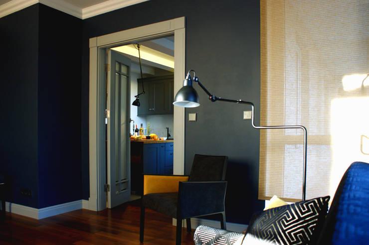 gabinet wiśniowy z indygo w tle: styl , w kategorii Domowe biuro i gabinet zaprojektowany przez Pracownia Projektowa Pe2