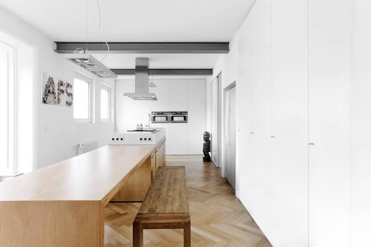 Erweiterung eines Einfamilienhauses in Ratingen:  Küche von Oliver Keuper Architekt BDA
