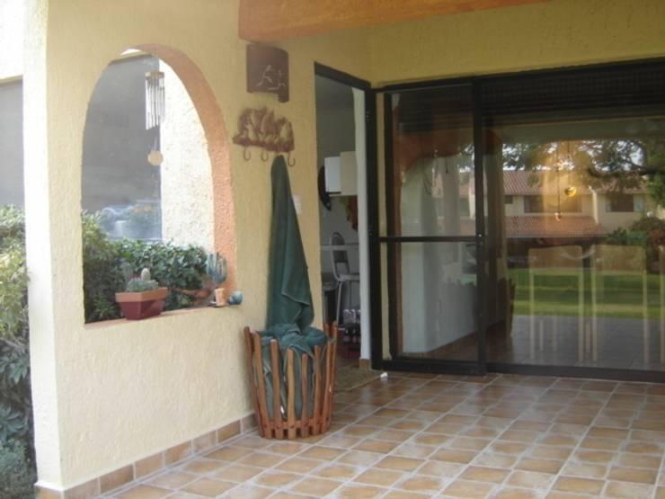Pasillo Exterior: Pasillos y recibidores de estilo  por Cenquizqui