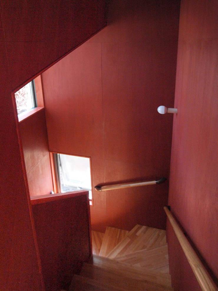 スカンジナビアンレッドに塗装した階段室: 大庭建築設計事務所が手掛けた廊下 & 玄関です。