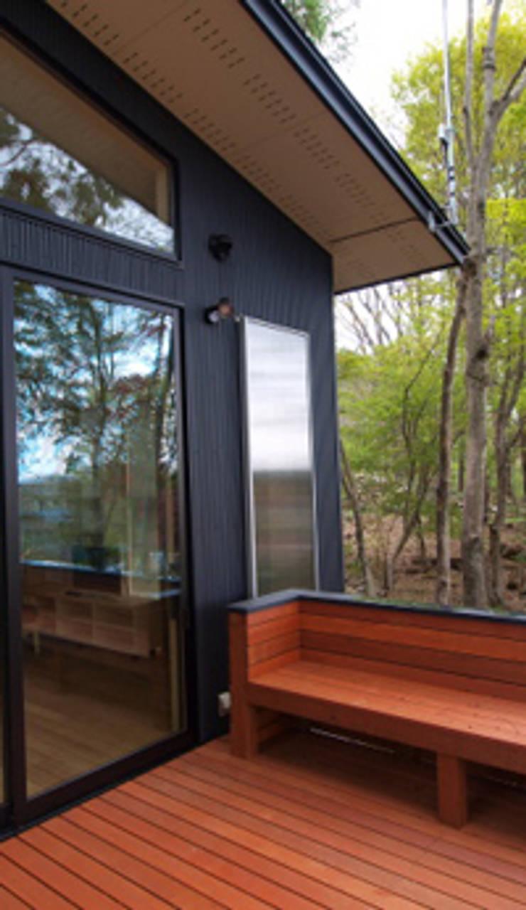 ベンチを設置したウッドデッキ: 大庭建築設計事務所が手掛けたベランダです。