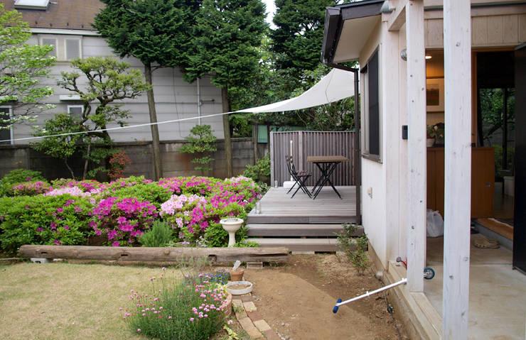 アプローチ、庭、ウッドデッキ: 大庭建築設計事務所が手掛けた家です。