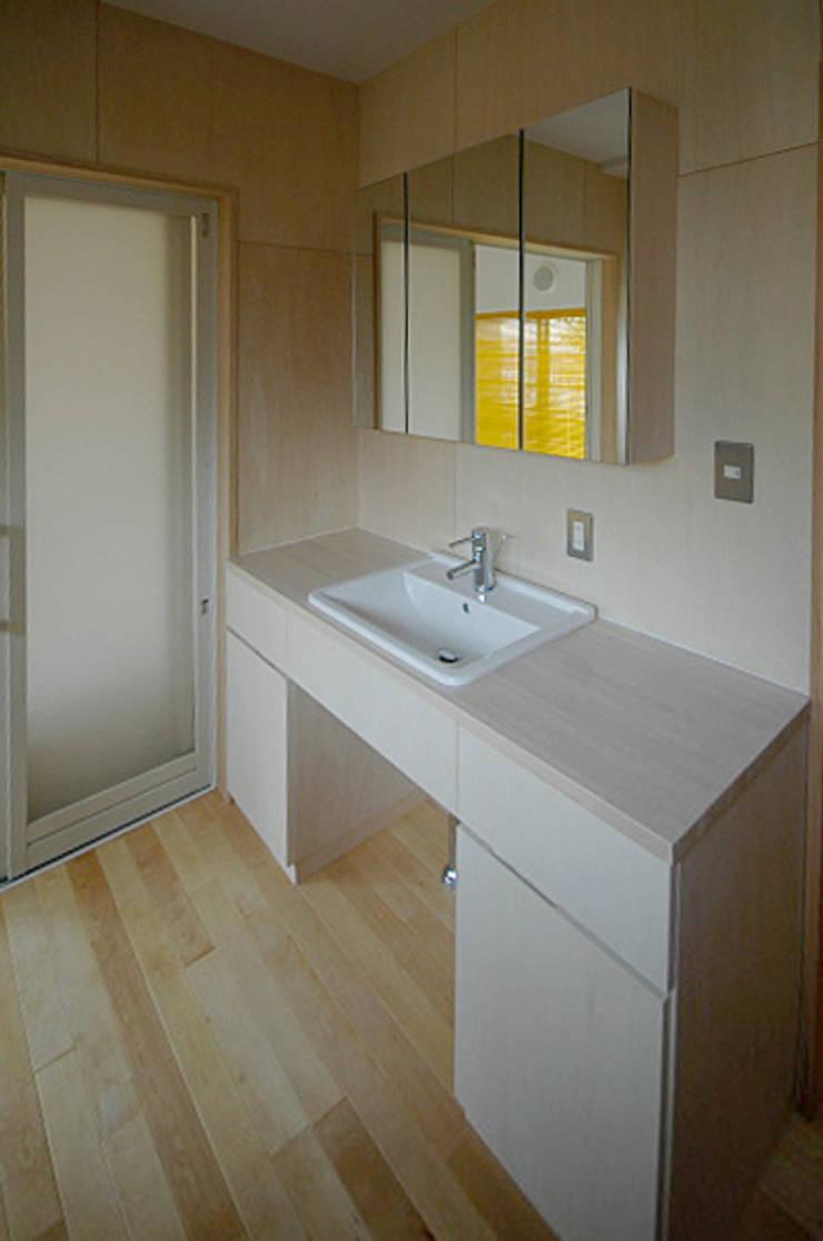 広めの洗面台: 大庭建築設計事務所が手掛けた浴室です。
