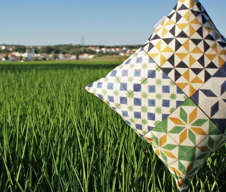 Almofada Mosaico by Pura Cal: Casa  por Pura Cal, Design e Interiores, LDA