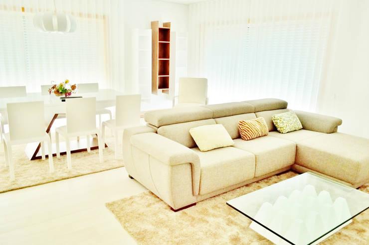 Estrela da Barra VIII: Salas de estar  por Imoproperty - Real Estate & Business Consulting