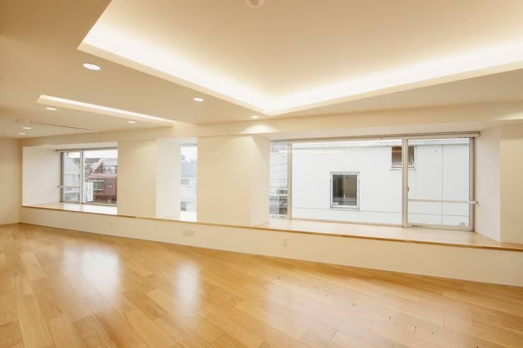 酒楽和華 清乃: 仲摩邦彦建築設計事務所 / Nakama Kunihiko Architectsが手掛けたリビングです。
