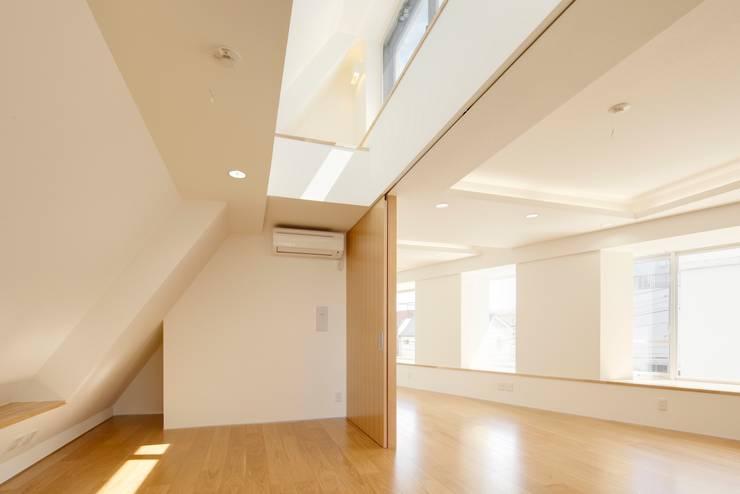 リビング・ダイニング: 仲摩邦彦建築設計事務所 / Nakama Kunihiko Architectsが手掛けたリビングです。