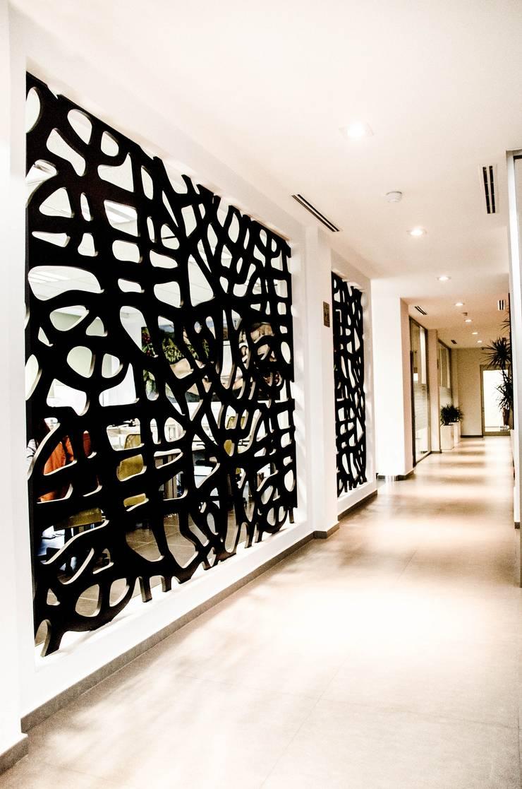 Pasillos: Pasillos y recibidores de estilo  por ARKOT arquitectura + construcción