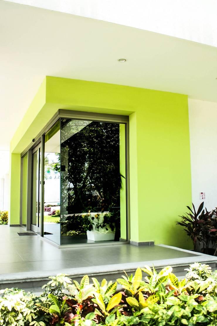Entrada principal: Ventanas de estilo  por ARKOT arquitectura + construcción