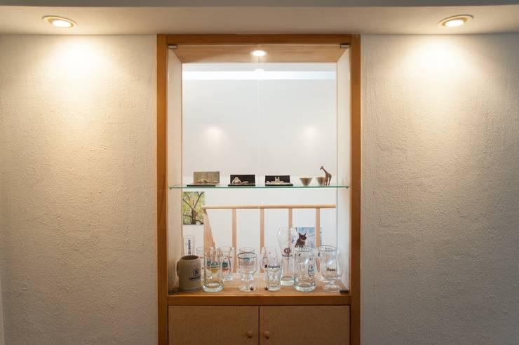 壁の中のガラス棚: 篠田 望デザイン一級建築士事務所が手掛けたリビングルームです。