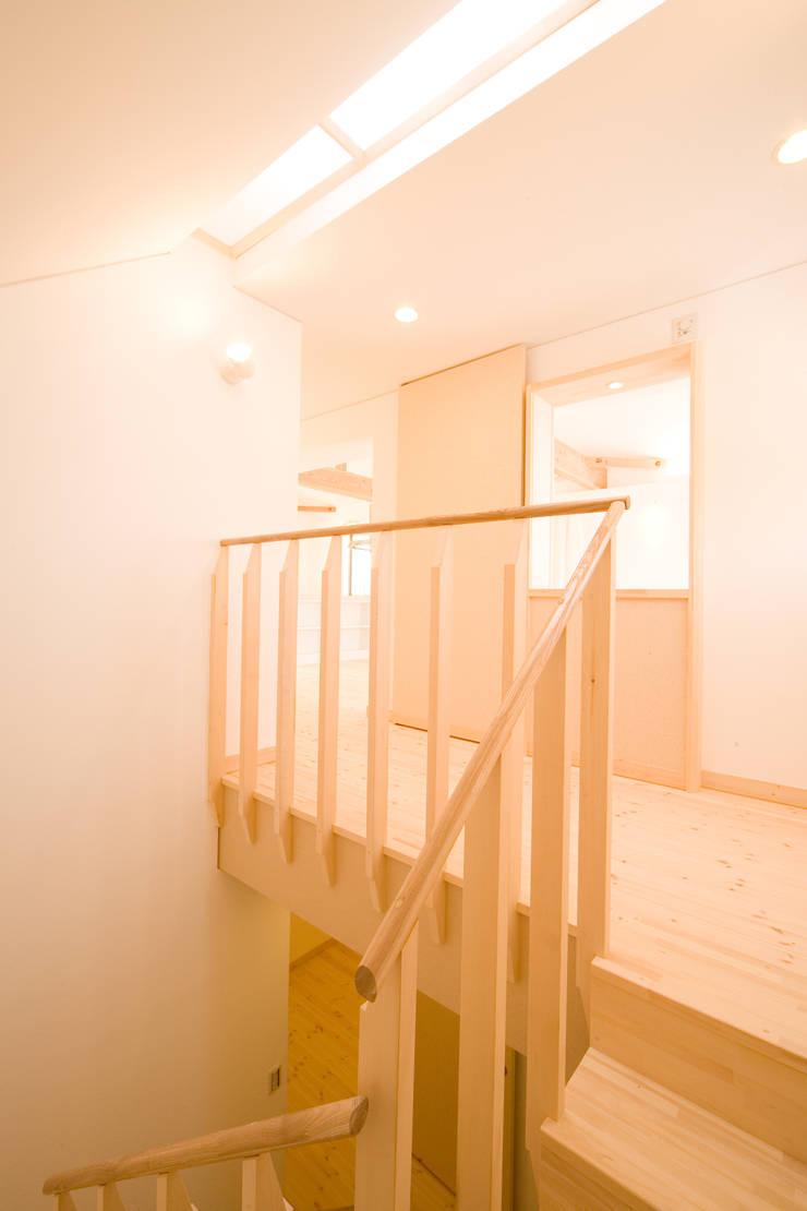 明るい階段と2階廊下: 篠田 望デザイン一級建築士事務所が手掛けた玄関&廊下&階段です。