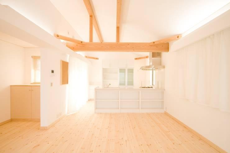 リビング: 篠田 望デザイン一級建築士事務所が手掛けたリビングです。