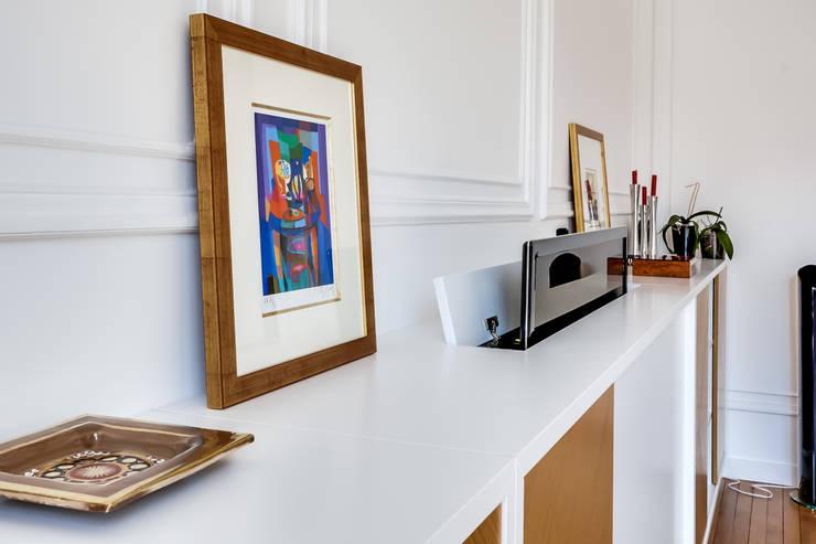 Meuble télévision : Salon de style de style Moderne par ATELIER FB