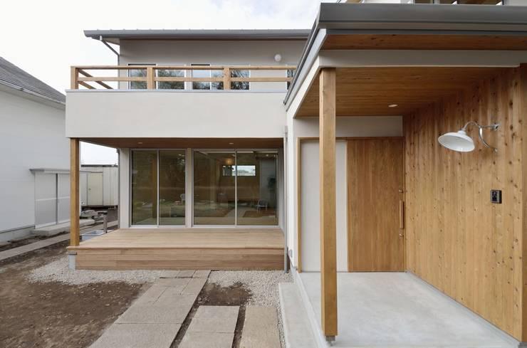 玄関周り: アトリエdoor一級建築士事務所が手掛けた家です。,モダン
