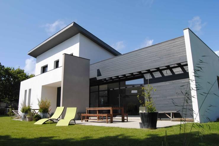 Maison L: Maisons de style de style Moderne par Courants Libres