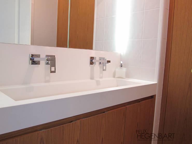 Salle de bains en teck et Corian: Salle de bains de style  par SARL Felix Hegenbart