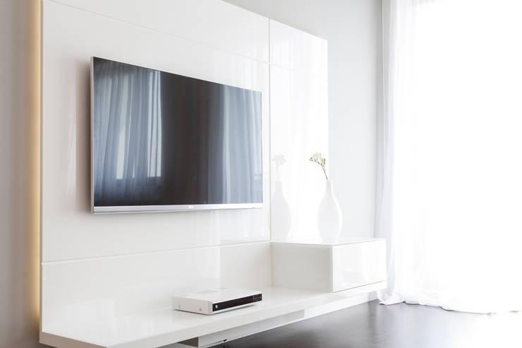 Kącik telewizyjny: styl , w kategorii Salon zaprojektowany przez KODO projekty i realizacje wnętrz