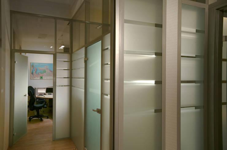 Небольшой офис.: Офисные помещения в . Автор – Fusion Design,