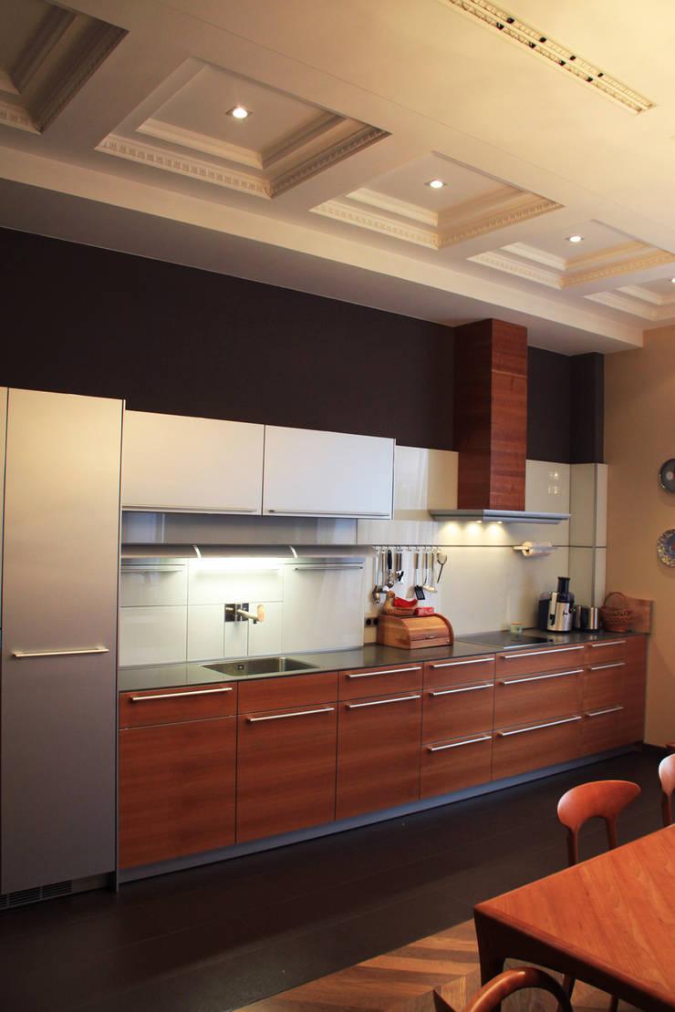 Модная квартира.: Кухня в . Автор – Fusion Design