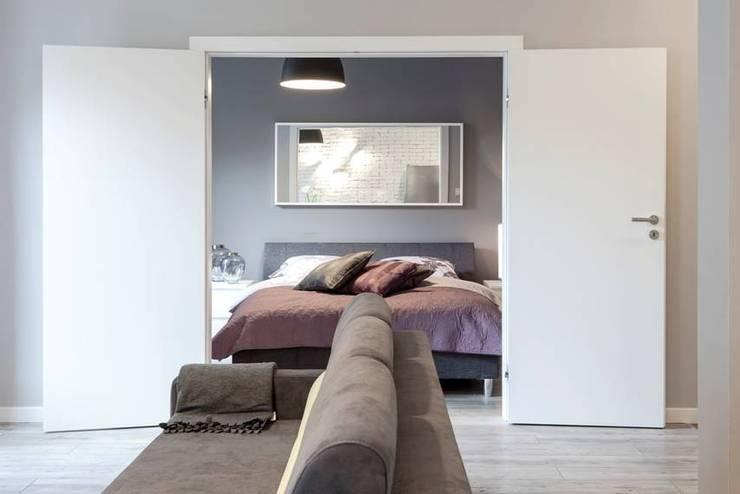 Salon z otwarciem na sypialnię: styl , w kategorii Salon zaprojektowany przez KODO projekty i realizacje wnętrz
