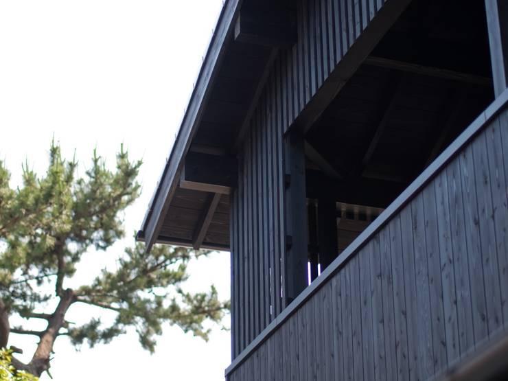 テラスの日よけルーバー: 篠田 望デザイン一級建築士事務所が手掛けた家です。