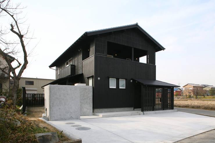 地域に残る仕様の外観: 篠田 望デザイン一級建築士事務所が手掛けた家です。