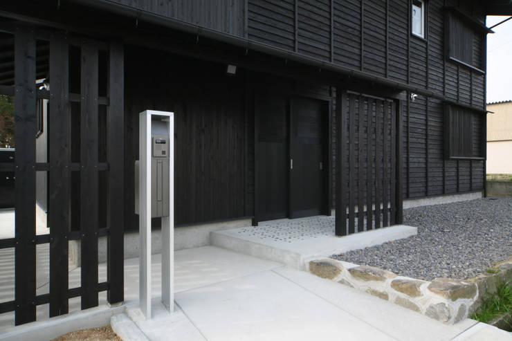 既存の石積みを残す: 篠田 望デザイン一級建築士事務所が手掛けた家です。