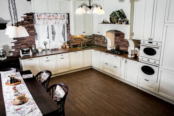 Элементы мебели и декоративная отделка из массива в загородном доме: Кухни в . Автор – Very'Wood, Классический