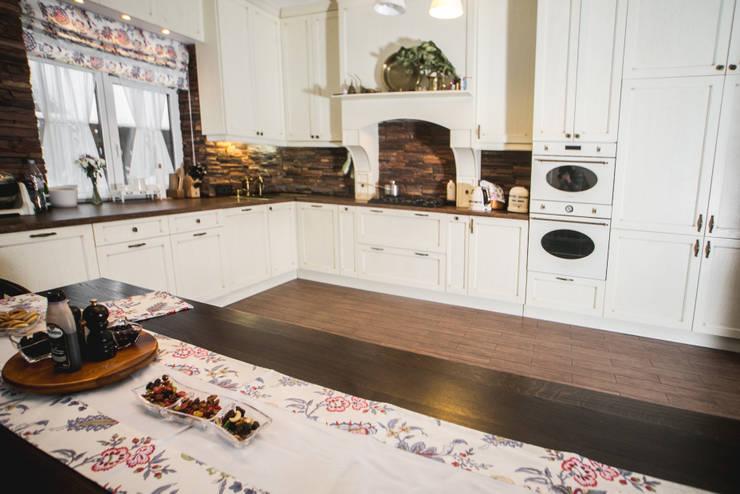 Элементы мебели и декоративная отделка из массива в загородном доме: Кухни в . Автор – Very'Wood