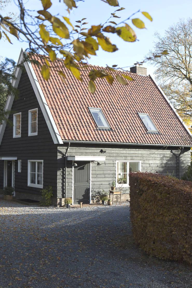 zwarte gepotdekselde delen:  Huizen door Boks architectuur