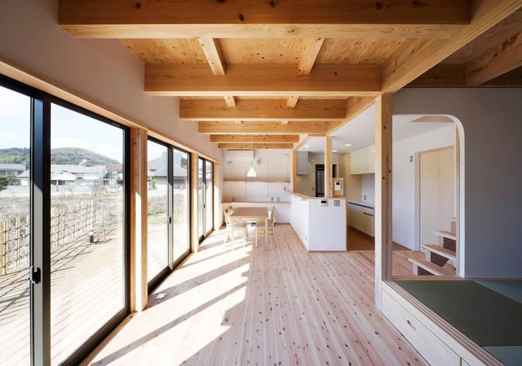 Salones de estilo ecléctico de 芦田成人建築設計事務所
