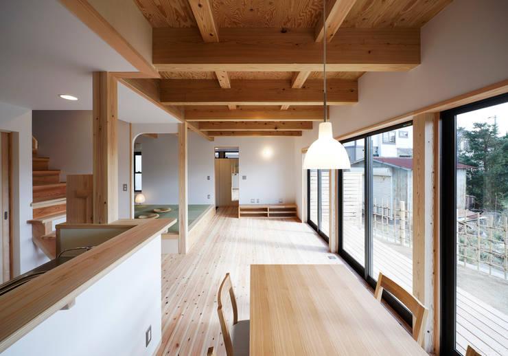 ダイニグからリビングを望む: 芦田成人建築設計事務所が手掛けたダイニングです。