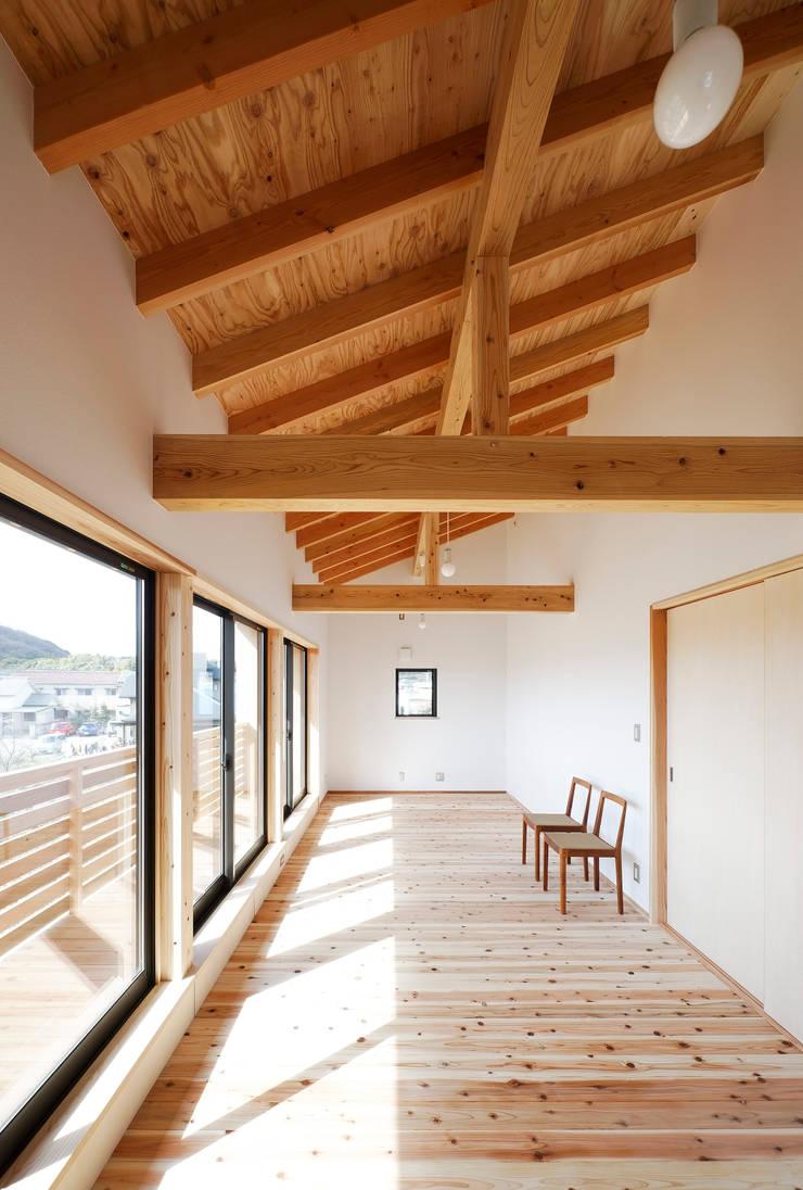 子供部屋: 芦田成人建築設計事務所が手掛けた子供部屋です。