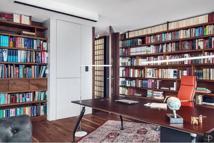 Wielkomiejski eklektyzm: styl , w kategorii Domowe biuro i gabinet zaprojektowany przez Studio Potorska