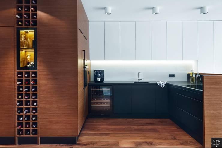 Wielkomiejski eklektyzm: styl , w kategorii Kuchnia zaprojektowany przez Studio Potorska