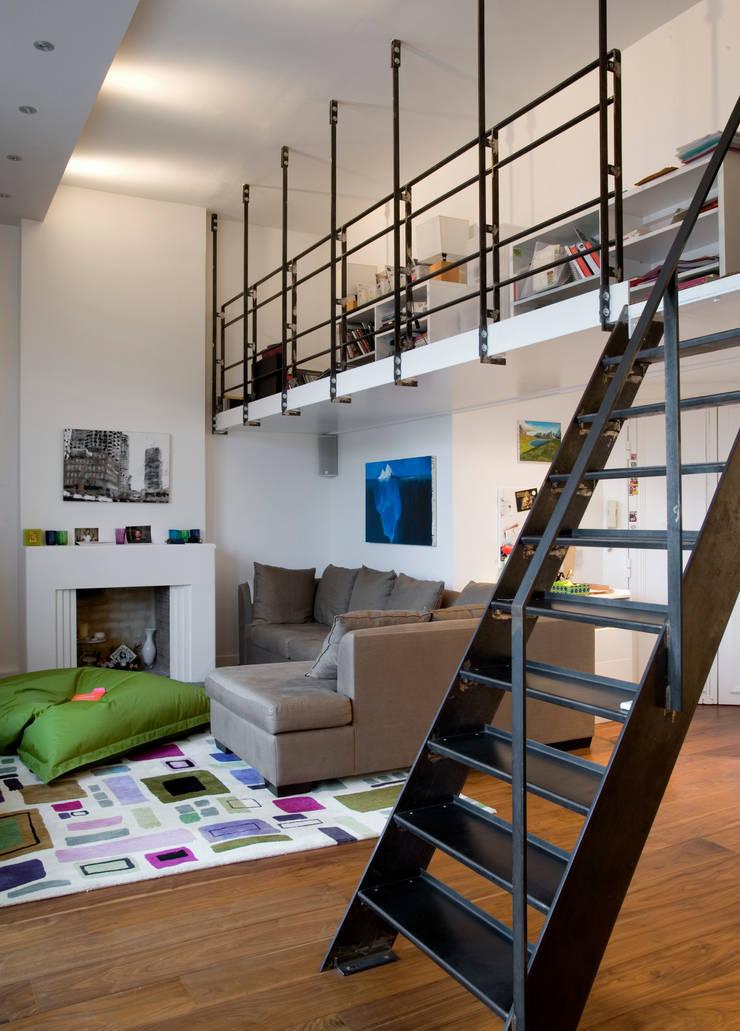 Appartement familial atypique : réaménagement de chambres de services-Paris-16e : Salon de style  par ATELIER FB,