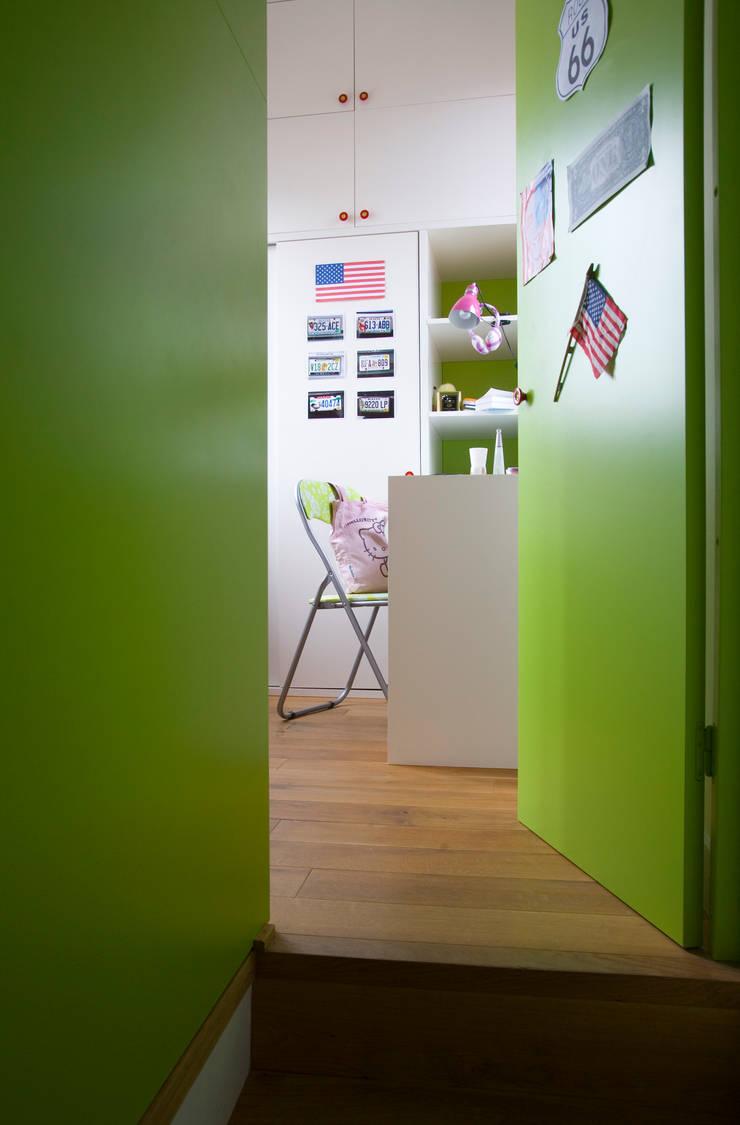 Appartement familial atypique : réaménagement de chambres de services-Paris-16e : Chambre de style  par ATELIER FB,