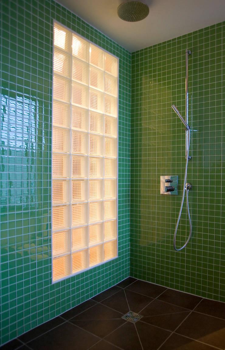 Appartement familial atypique : réaménagement de chambres de services-Paris-16e : Salle de bain de style  par ATELIER FB,