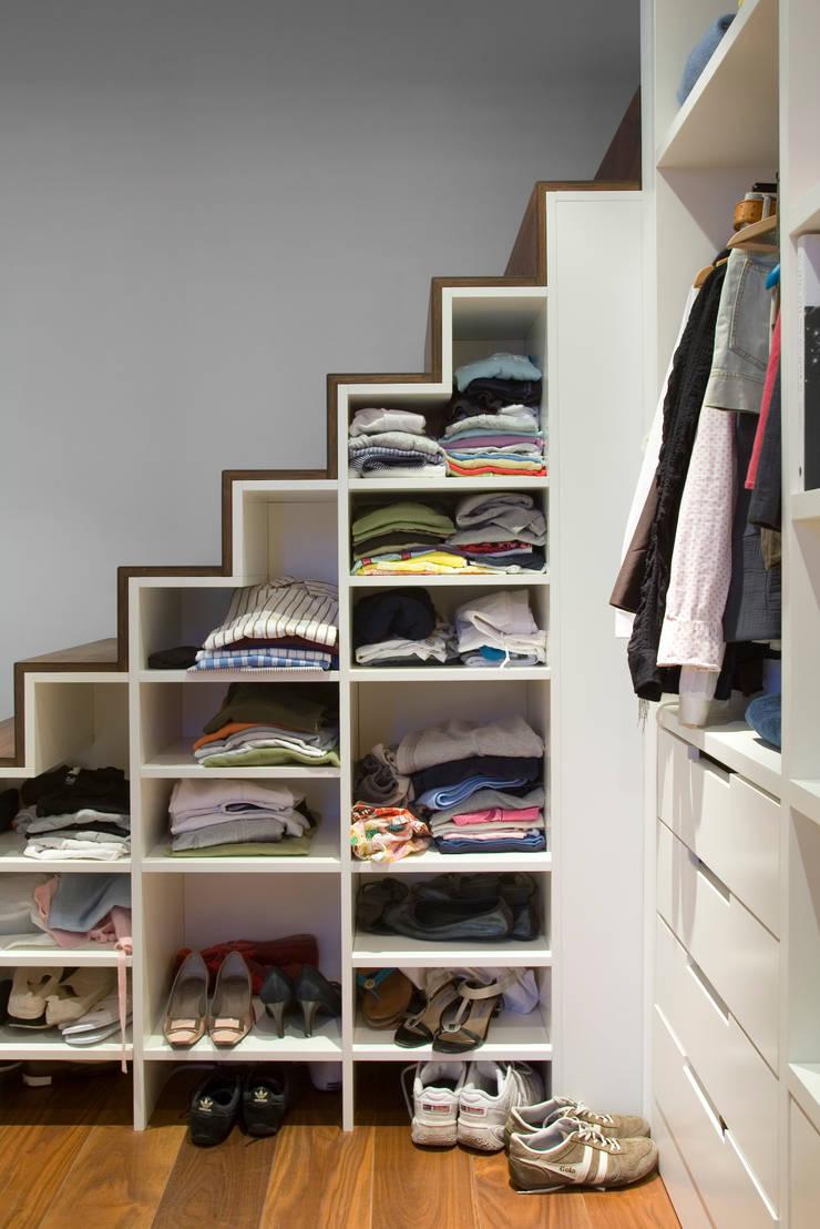 Appartement familial atypique : réaménagement de chambres de services-Paris-16e : Couloir et hall d'entrée de style  par ATELIER FB,