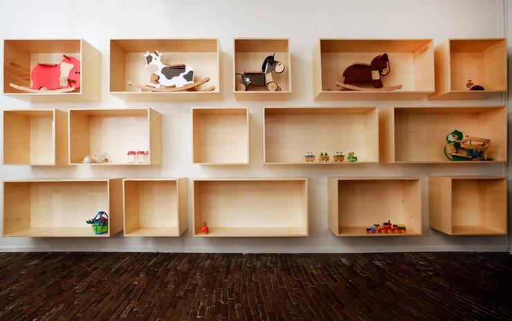 Wandkast Mick: moderne Woonkamer door Marlies van Geenen, Meubelwerkplaats
