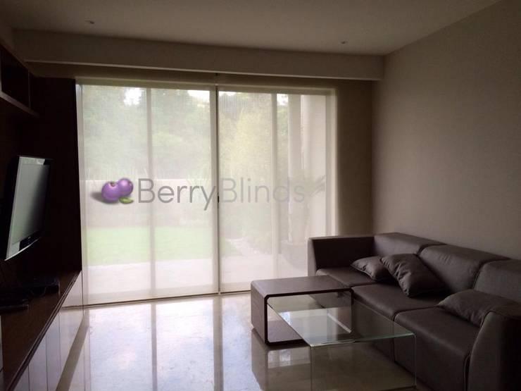 CORTINAS Y PERSIANAS RESIDENCIA EN SANTA FE: Puertas y ventanas de estilo  por BERRY BLINDS INTERIORISMO